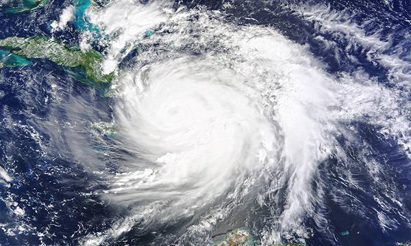 Huracán Matthew, imagen del Observatorio Terrestre de la NASA por Joshua Stevens